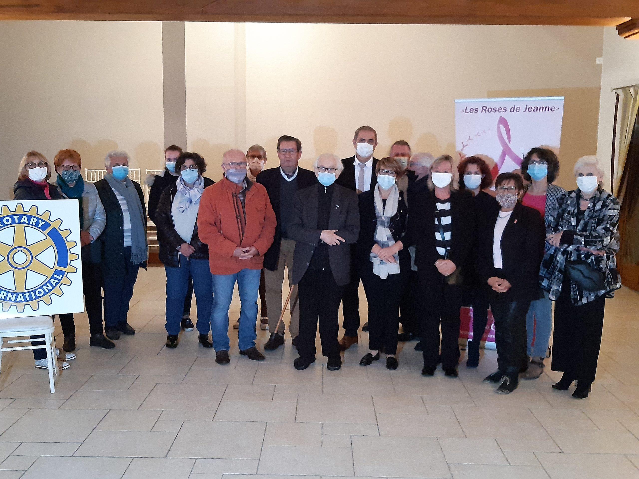 Remise de dons aux associations : Les Roses de Jeanne, l'AIEPG, Les Cigognes, VNR, La Fraternité Giennoise, Le Secours Catholique.
